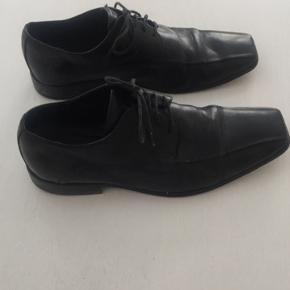 Lækker sort læder herre sko i flot stand. Er gået til så læder er blødt. Nye såler.