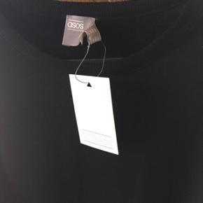 Brystvidden: 98cm  Denne dejlige sweatshirt leder efter et nyt hjem🌸  Dejlig, blød sort sweatshirt fra ASOS🌸 i 100% bomuld  Sweatshirten har aldrig været brugt🌸  Den har stadig mærket på🛍