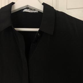 Sort prikket skjorte fra PIECES. Fine detaljer såsom knapperne. Str XS. Aldrig brugt.