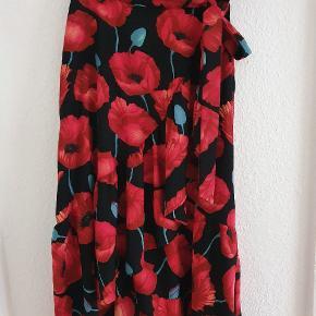 Klassisk nederdel fra hm med et virkelig smukt snit, sidder så smukt i taljen.  Perfekt stand.