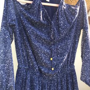 Så fin og speciel kjole fra Michael Kors - meget behagelig at have på. Chiffon-agtigt stof og med indbygget stoflag indeni, så den ikke er gennemsigtig. Lange, lidt vide ærmer med elastik ved håndleddet og bare skuldre. Mener jeg gav 15-1600 for den, og den er kun brugt 2-3 gange