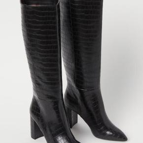 Sælger disse cowboy agtig støvler fra H&M, da det var et fejlkøb. Købt igår, så jeg har kun lige prøvet dem Sælges for 325kr ekskl fragt. Er villig til at bytte med andre støvler.