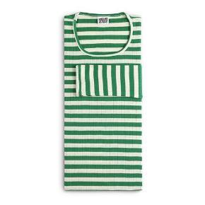 🛑 FLYTTESALG🛑 Hjælp med mig at få ryddet ud i hele garderoben, % ved køb af mere end 1 vare, procenterne bliver regnet uden fragten.  Mads Nørgaard bluse i grøn og hvid stribet   One Size den er i alm længde   pris: 150 kr   fragt: 37 kr