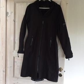 Som ny - kun brugt få gange - NP 2300,- Talje ca 94cm Bryst ca 103-104cm  PRODUKTBESKRIVELSE This functional raincoat has a comfortable and feminine shape with raglan sleeves, a slightly tailored waist and a c.b. slit with buttons for freedom of movement. Length just below the knee. Made of breathable and stretchable soft shell material resisting water pressure up to 5000 mm this ¾ raincoat withstands the hardest downpour. The YKK AquaGuard 2-way zipper makes it easy for you to ride your bike. The fabric surface is treated with an Ecorepel dirt and water repellent coating that creates an invisible shield. This is a style for you, weather you prefer biking or golfing, shopping or strolling. Available in a myriad of colours, it is hard not to get moving in the rain. The jacket is breathable and water resistant up to 5000 mm and all seams are taped. Composition: Shell 94% Polyester, 6% Elastane. Bonding 100% Soft Polyester fleece.