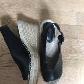 Fine højhælede sandaler / wedges / kilehæle i sort læder fra & Other Stories. Brugt én enkelt gang, 1 år gamle.   Skriv for mere information eller bud ;)