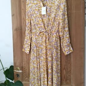 Fin blomstret Bea Dress fra Nué Notes SS19-kollektion. Aldrig brugt.  Nypris: 1400kr Salgspris: 700kr