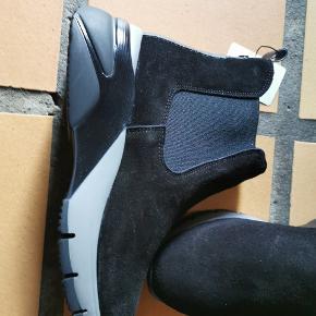Flot kort ruskinds støvle med elastik. Hælhøjde 5 cm