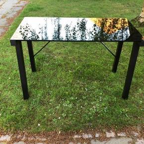 Sort skrivebord med sort glasplade. Længde 120 cm, dybde 60 cm, højde 76 cm