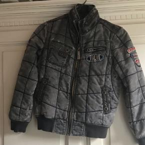 Jeg sælger denne mega fede vintage jakke.. det er en størrelse 152... den er næsten helt ny!!  BYD GERNE!! Jeg giver mængde rabat så kig gerne på mine andre annoncer!!;)