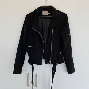 Flot jakke med bælte fra Minimum - Passer også en str 36!   Trænger til en vask men fejler ingenting