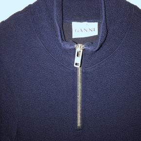 Højhalset og meget comfy kjole i mørkeblå med lommer fra Ganni. Kun brugt et par gange, fremstår som ny.