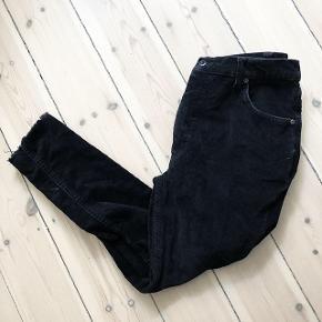 Sort fløjs bukser   størrelse: 40 men passer en S /M   pris: 70 kr   fragt: 37 kr