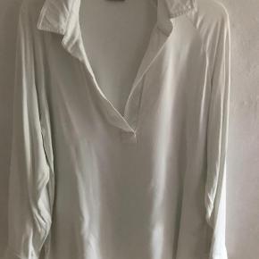 Varetype: Kort Farve: Hvid Prisen angivet er inklusiv forsendelse.  Smuk tunika i viskose fra bmb. Falder meget smukt. Passer str S og M