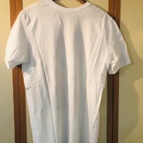 Spurt frisk T-shirt med stort print for fra Nike sælges pga pladsmangel. T-shirten har højest vært i brug 4-5 gange siden den blev købt. Fremstår i perfekt stand uden nogen form for huller, pletter el anden slitage.  Giv et bud