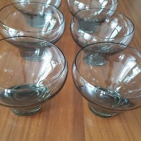 Seks champagneglas/dessert skåle fra Holmegaard, Per Lütkens Canada Smoke. 9 cm høje, 10 cm i diameter. Sælges samlet. Pris 600,-