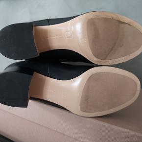 Lækre sorte læderstøvler fra Gianvito RossI. Jeg har brugt dem et par gange og de er i flot stand. Str 38. Hælen er  6 cm.   Obs: Æsken er i stykker og meget stor så sender som udgangspunkt uden æsken medmindre man ønsker den med.