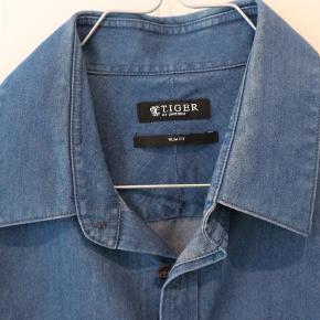 Varetype: Langærmet Farve: Jeans Oprindelig købspris: 1000 kr.  Model Steel. 100% bomuld. Ingen brugsspor. Kvaliteten er charmbray.