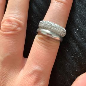 Sælger denne sif Jakobs ring som jeg har fået i gave for 5 år siden. Jeg kender desværre ikke str, men tror det er en 53/54.  Ny prisen kender jeg heller ikke til, da jeg ikke tror man kan købe den mere.  BYD