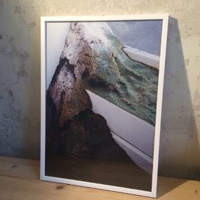!Prisen er ikke fast, så BYD gerne!  !!!Kunstfotografi sælges i hvid træramme med glas!!! Signeret af kunstneren, Cecilie Nicoline Rasmussen (5 + 2 a/p)   Størrelse: 29,7 x 42 cm  Skriv gerne hvis du har spørgsmål.