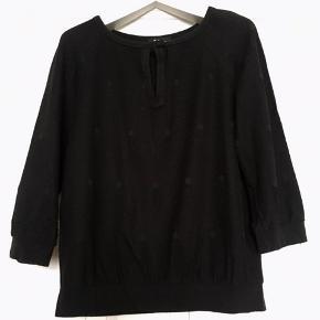 Fin sort bluse med vævet mønster/struktur i overfladen fra franske APC . Brugt men uden huller, pletter, fnuller eller lign. Brystmål: 48 cm på tværs fra armhule til armhule+strectch dvs 96 cm i omkreds + stretch. Længde: 53 cm fra nakken og ned. Materiale: 58% bomuld, 39% viscose, og 3% elastane. Søgeord: sort bluse shirt langærmet t- shirt 3/4ærmer Black sweatshirt