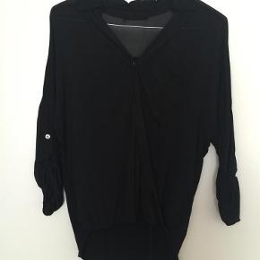 Brand: Funky Staff Varetype: Skjorte Farve: Sort  Lækker skjorte med fine detaljer med knapper på ærmet og i brystet. Den falder super pænt! Tyndt stof foran og på ærmer og bomuldsstykke på ryggen.