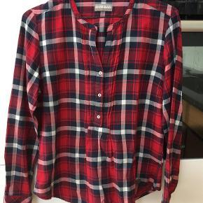 Varetype: Skjorte Farve: Rød Prisen angivet er inklusiv forsendelse.