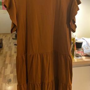 Prisen er fast og ekskl. fragt.  Super sød kjole fra Vila i str. XL. Den er vasket men ikke brugt.