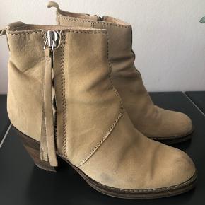 Pistol støvler i lys creme / beige. Enkelte brugsspor men i god stand. Nye såler og klar til brug. Størrelsen er 37 men de passer 38.