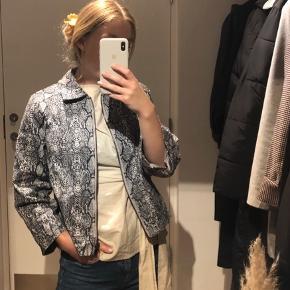 Tynd jakke eller skjorte m. småt leo-print