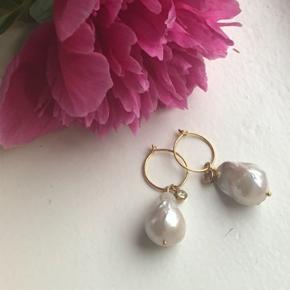 Sally ørering - 15mm forgyldte creoler med de smukkeste Keshi ligende perler.