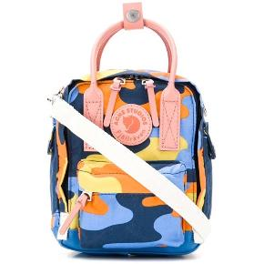 Super fed, lille, Fjällräven x Acne Studios taske. Kan bruges på flere forskellige måder alt efter, hvordan stropperne placeres. Sælges da jeg ikke får den brugt. Det sidste billede er blot til at illustrere størrelsen på tasken. #trendsalesfund