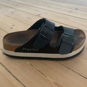 Sandaler/slip-on's sælges!  Modellen er i en str 36 og fitter størrelsessvarende.   De er brugt, men der er ingen tegn på slid udover mærker i sålen, der hurtigt forekommer i disse sandaler - men det er intet man kan se når man har dem på.   Prisen er ikke fast, så kom endelig med et bud 🤩