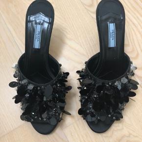 Prada sko. Fra sidste år. Ingen æske. Kun skoene. Er blevet forsålede. Prisen er fast. Indvendig længde 27 cm.  Det bagerste af skoene, ikke hælene, har fået meget lidt skrab. De er aldrig blevet gået med - er desværre skomageren, da han skulle forsåle dem. De var ikke lige sådan at spænde fast😊 Billede lagt op af det (billede 3). Det er meget minimalt, men vil gerne nævne det, så man ikke bliver negativt overrasket, hvis man tager dem i meget nøje opsyn.