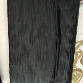Skøn sort epi Pochette med guld hardware.  Ingen kvittering eller æske.   Spørg inden bud!