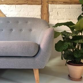 Moderne lysegrå sofa med elegante træben. Smadder god at sidde i, men sælges på grund af flytning. Sofaen står som ny og er kun brugt et halvt års tid.   Sofaen er relativ let og nem at flytte rundt med. Ben er aftagelige og nemme at genmontere. Købt i ILVA.   MÅL: L183cm  H80cm  B87cm