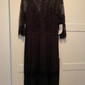 Helt ny kjole fra ZARA med prismærke på Aldrig brugt Passes af en L/XL
