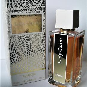 "NY 100ml ""Lady Caron"" Eau de Parfum, Caron  La Selection Lady Caron 100ml ""Lady Caron"" Eau de Parfum Spray fra Caron. Smuk frugtig klassisk magnolia duft med fersken. Lidt i stil med Yvresse fra YSL. Kun testet så helt fuld. Købspris 925kr.  SMUK klassisk duft. Notes magnolia, peach orange blossom, white jasmine, rose, tuberose, raspberry, sandalwood, exotic oak, oak moss."