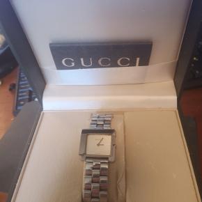 eg har dette Gucci ur,som jeg desværre har tabt i en svømme hal .. Så det G på ur skive er gået i stykke.. Uret er fra Klarlund og kan laves for 1000-1500kr - Det er et smuk ur..Har bare selv købt et i denne lille model.. Dette er den store model.. Det er brugt i få år.. 2½-3 år.. Klarlund mente det var det flotteste ur Gucci har lavet.. Har det også stadig og har lige fået ordet mit det lille.. Jeg har selv købt det.. gav små 10.000kr for det :) Så et lækkert ur,som lige skal laves :)