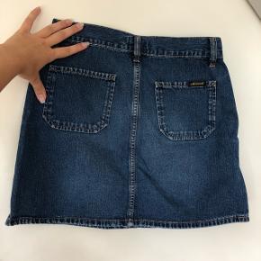 Sød nederdel fra Diesel i en størrelse small (der står 28 i nederdelen, men den har målene som en størrelse small). God kvalitet ift andre denim-ting. Kom gerne med bud☺️