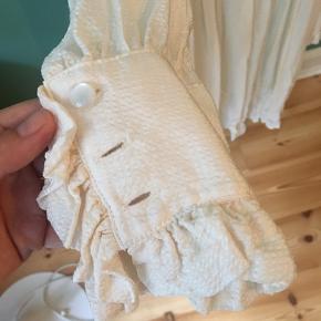 Smuk kjole, som aldrig er blevet brugt før. Stoffet er meget fint og kan ses på sidste billede