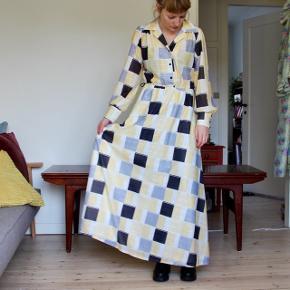 Smuk gul vintagekjole i polyester med silkelook. Måler 140 i længden, desværre for lang til mig. Er produceret i DK, så en rigtig miljøhjælper 🌿. Der kan evt. sættes bælte i taljen, men det medfølger ikke.