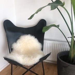 Jeg har købt 2 af disse flotte flagermusstole i sort kalveskind. Jeg har desværre kun plads til den ene, så jeg sælger den anden. Stolen er helt ny stadig i papkasse og usamlet. Stolen er ligesom den på billedet🌸  Kom med et bud🌸
