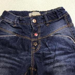 Varetype: Smarte Jeans Farve: Blå  Lækre Jeans fra Name It med flotte deltaljer.