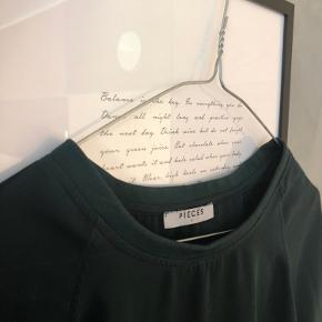 Mørkegrøn bluse i let stof/materiale 💚  Den er ikke gennemsigtig.