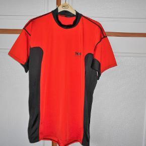Brand: Helly Hansen NY Varetype: Sports trøje Størrelse: L Farve: Orange - Sort Oprindelig købspris: 428 kr.  Ny sportrøje  fra Helly Hansen, aldrig brugt. En kvalitets  trøje  Brystmål 98 cm. Længde 73 cm. Outershell kvalitet 85% nylon + 15% lystra. Sender med DAO uden omdeling, fremme på 2-4 dage TS pay eller Mobilpay