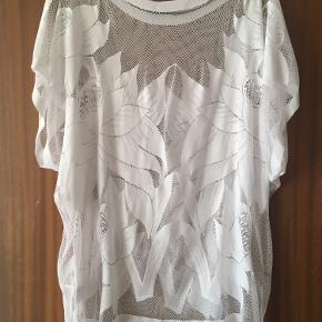 Brystvidden 135cm  Super sød gennemsigtig tunika i hvid fra Fransa desværre med et lille hul i nakken (se billede)