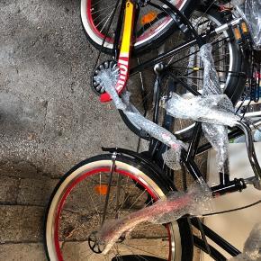 Sort helt ny Pepsi max cykel med stor cykel kurv, aldrig brugt, helt ny og stadig pakket ind som kan ses. Dækkene skal sikkert have en kærlig hånd da den har stået i et år. One size, uden gear. Afhentes i Tåstrup, bud modtages.