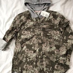 Smart ny blomstret skjorte med hætte, str 152. Min datter fik den ikke brugt, så den er ny med mærke.   Mp 75pp