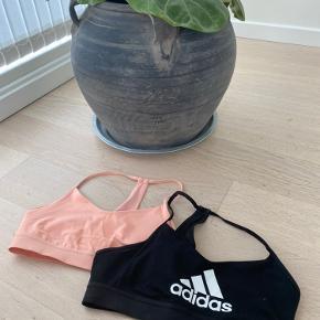 Sælger disse 2 Adidas sports toppe. Jeg købte dem i New York for en del tid siden. Allerede da vi kom hjem fandt jeg ud af at de var en del for små.. efter har de bare ligget i mit skab. De er helt nye og har enligt bare ligget i et skab en del tid.  Byd gerne🥰