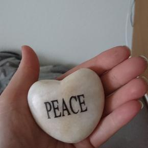 "Sten med teksten ""peace"""